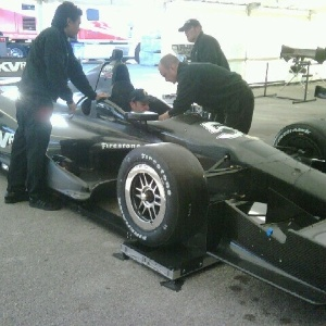 Rubens Barrichello se prepara para testar um carro da Fórmula Indy