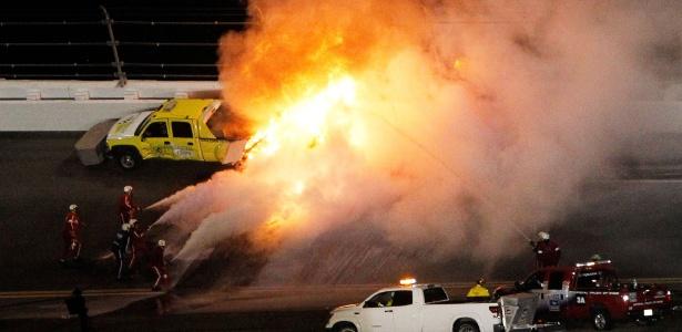 O carro de Montoya explodiu após bater em um caminhão de secagem da pista