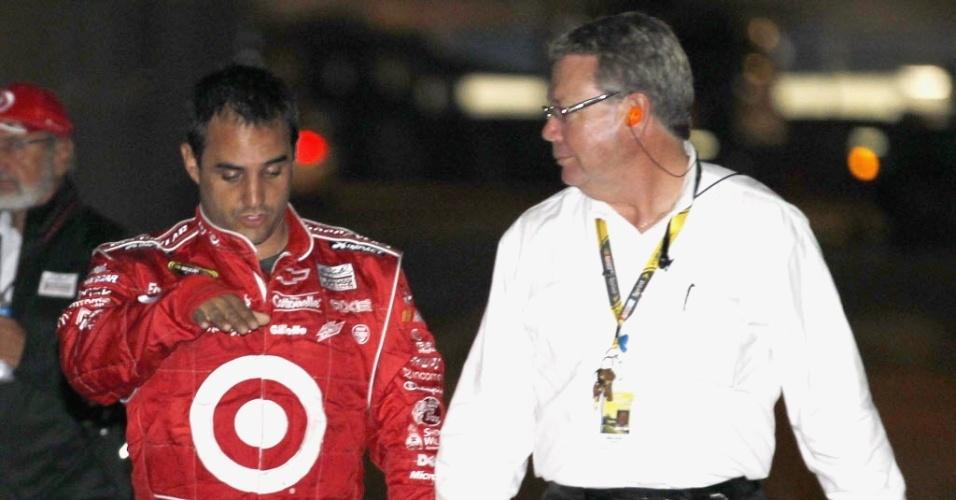 Montoya conversa com representante da Nascar após sofrer um acidente impressionante 500 Milhas de Daytona