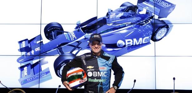 Rubens Barrichello posa com o macacão de sua nova equipe, a KV Racing, da Fórmula Indy (01/03/2012)