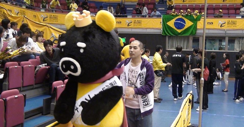Boonus, mascote do Mundial feminino de vôlei, é conduzida por membro da organização