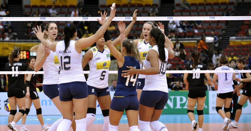 Jogadoras brasileiras comemoram o ponto final na vitória por 3 sets a Tailândia