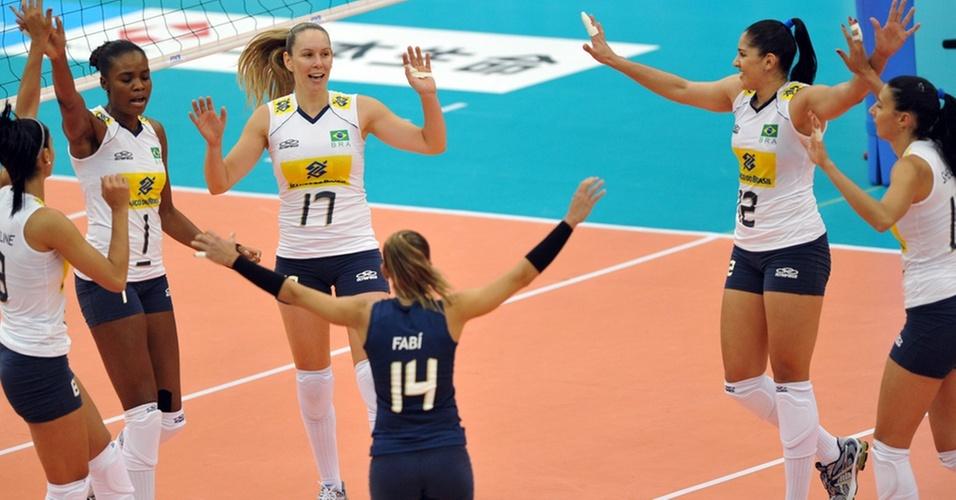 Jogadoras do Brasil comemoram ponto na vitória sobre a Tailândia no Mundial feminino de vôlei