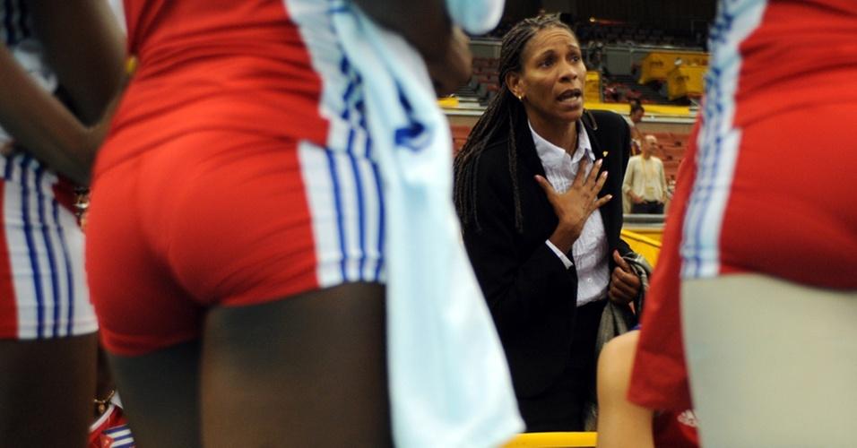 Yumilka Ruiz conversa com jogadoras de Cuba no Mundial feminino de vôlei