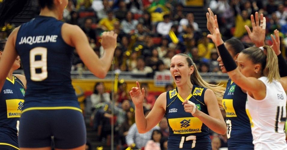 Jogadoras da seleção brasileira comemoram ponto contra Cuba no Mundial feminino de vôlei