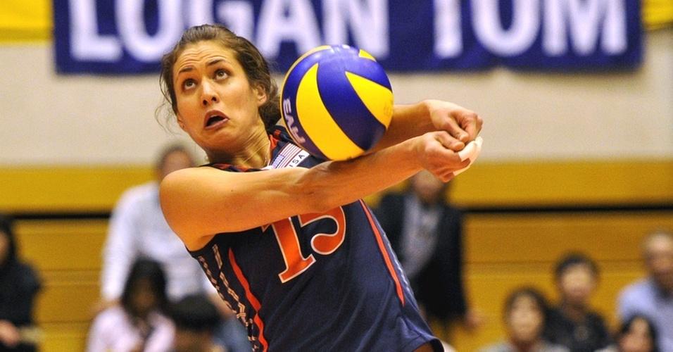 Logan Tom faz o passe no jogo dos Estados Unidos com o Cazaquistão no Mundial feminino de vôlei