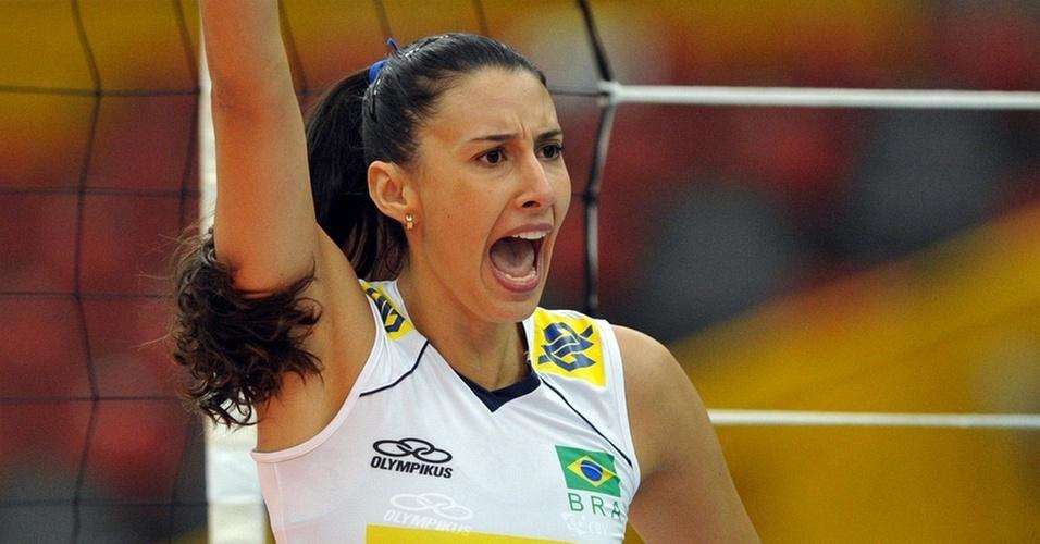 Sheilla ataca a bola na vitória do Brasil sobre a Alemanha no Mundial feminino de vôlei