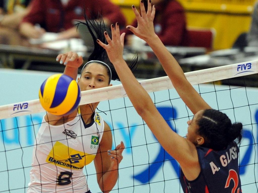 Jaqueline supera o bloqueio de Glass no jogo entre Brasil e Estados Unidos no Mundial feminino de vôlei