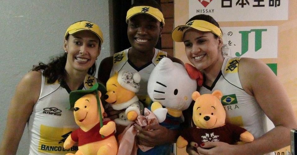 Sheilla, Fabiana e Natália exibem os ursinhos que ganharam no jogo entre Brasil e Estados Unidos