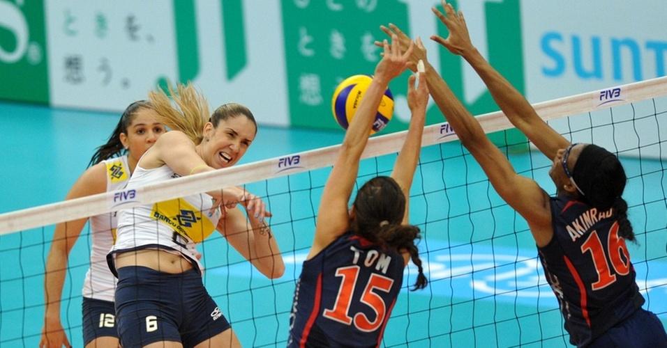 Thaísa tenta passar pelo bloqueio duplo dos Estados Unidos em jogo do Mundial feminino de vôlei