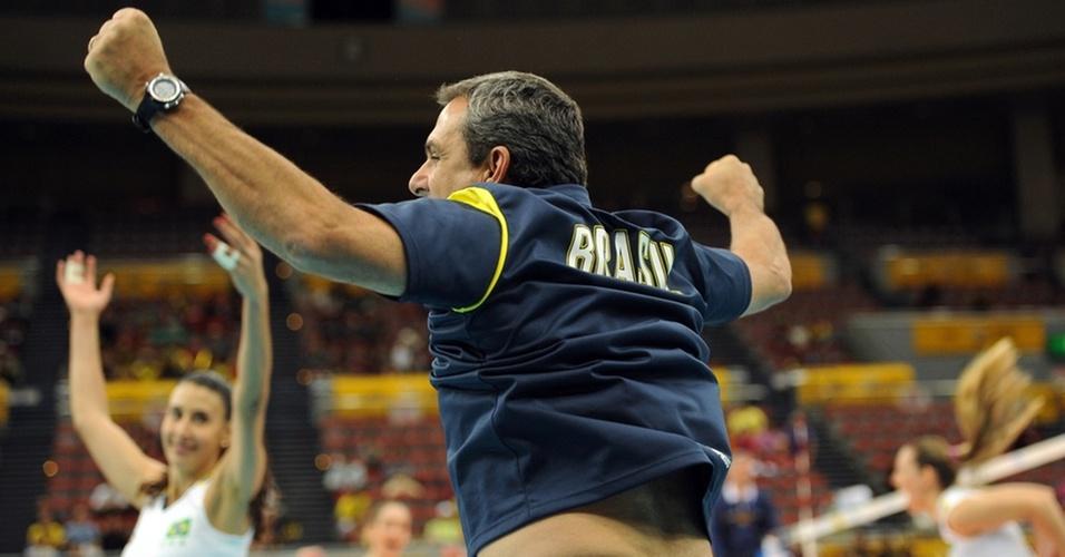 Zé Roberto Guimarães vibra com a vitória brasileira sobre os Estados Unidos em Nagoya