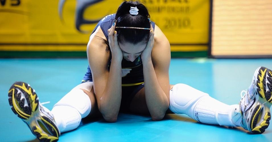 Jaqueline se lamenta após a derrota brasileira para a Rússia na final do Mundial
