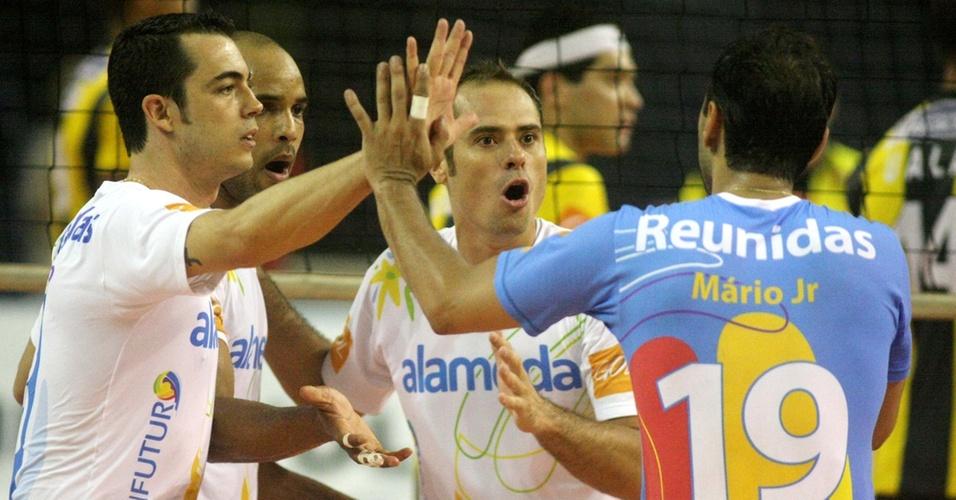 Ricardinho (f) comemora com os companheiros um ponto do Vôlei Futuro na vitória sobre o Volta Redonda