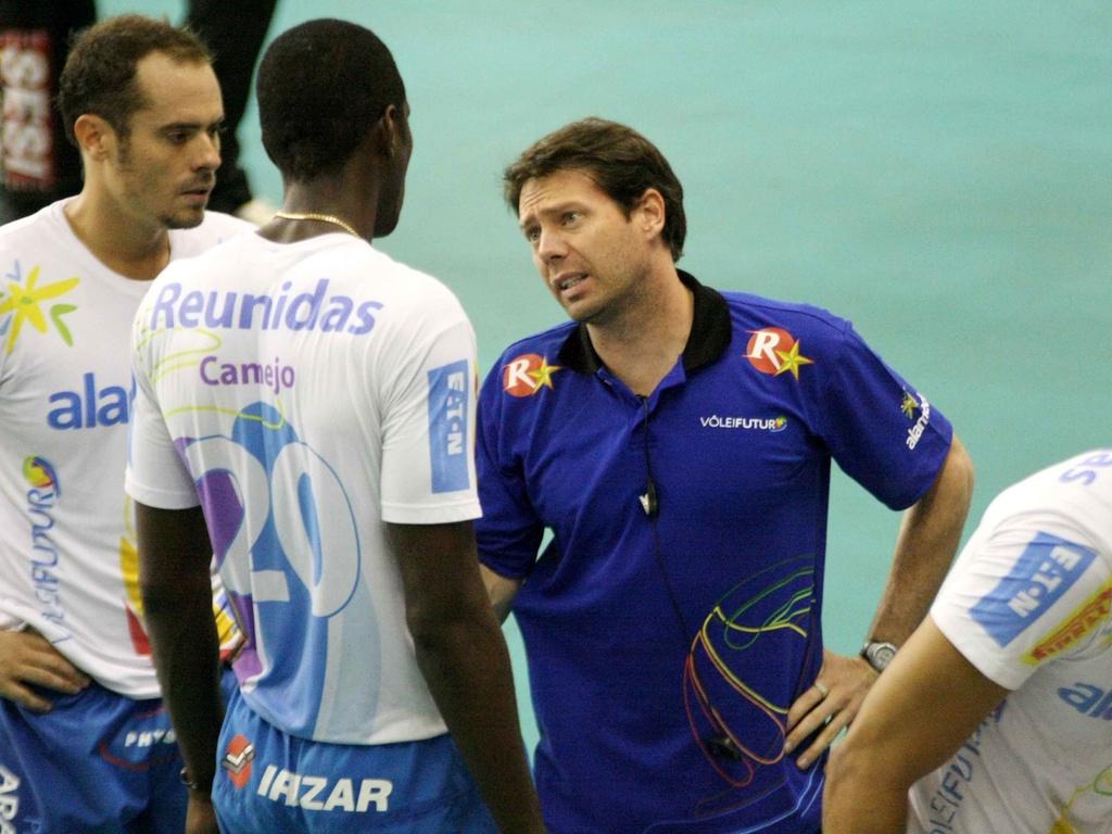 Técnico Cesar Douglas conversa com jogadores na derrota do Vôlei Futuro para o Sesi