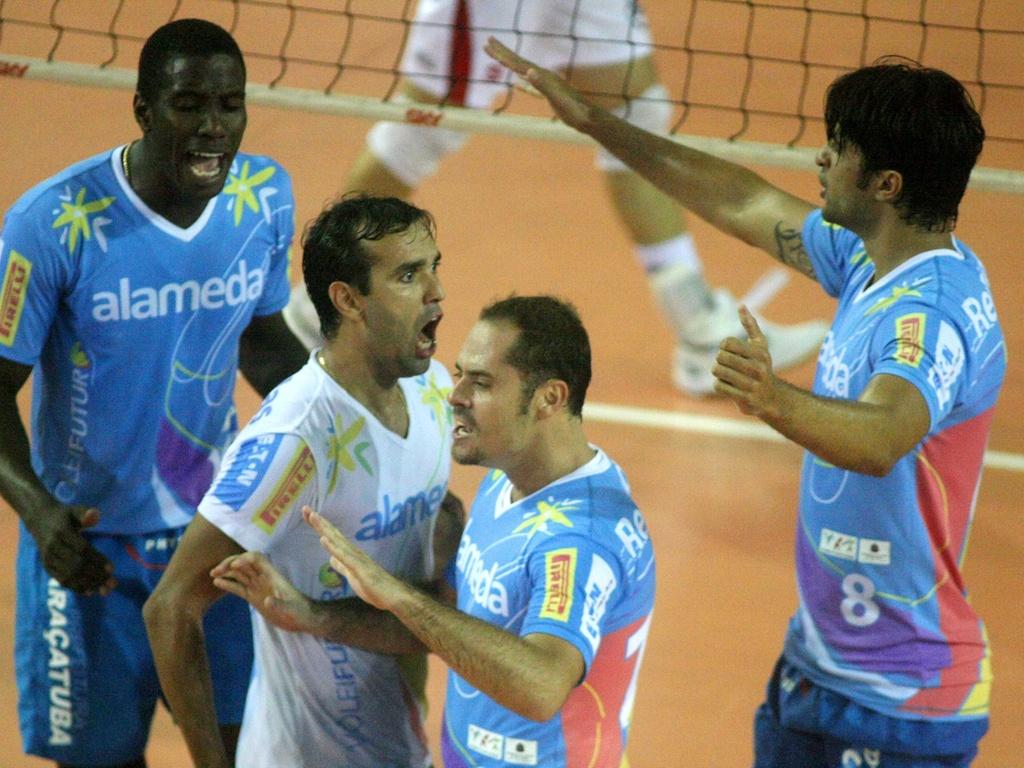 Jogadores do Vôlei Futuro comemoram ponto na vitória de virada sobre o Pinheiros por 3 a 2