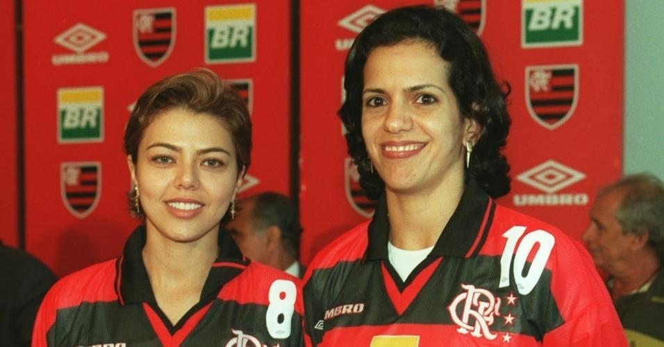 Leila e Virna posam com o uniforme do Flamengo durante apresentação do clube, em 1999