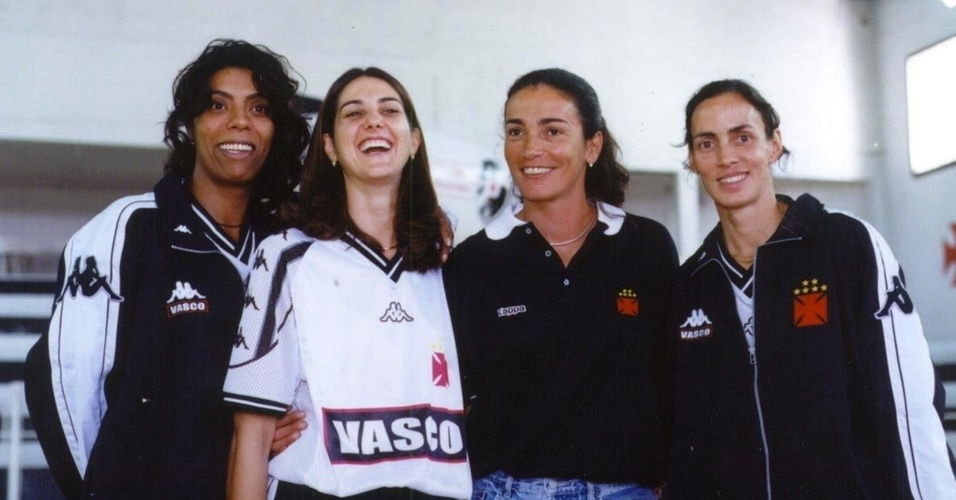 Marcia Fu, Fernanda Venturini, Isabel e Ida posam com uniforme do Vasco da Gama, em 2000