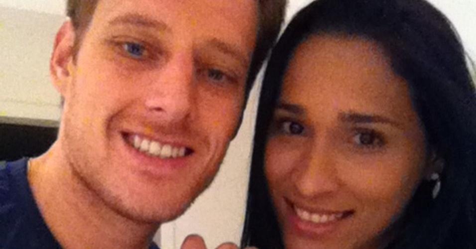 Murilo e Jaqueline comemoram gravidez em maio de 2011
