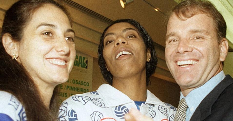 Apesar da dança com Márcia Fu (ao centro), a mulher do técnico Bernardinho é Fernanda Venturini (à esq.)