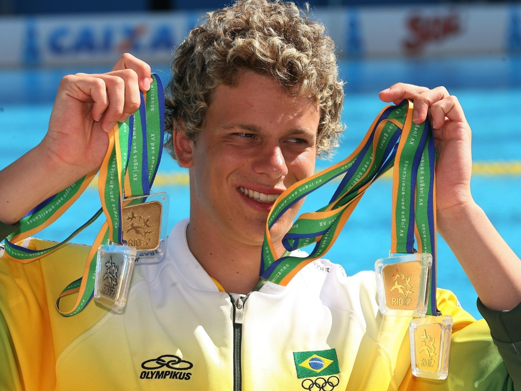 Ainda desconhecido do grande público, Cesar Cielo exibe as medalhas que faturou no Pan do Rio-2007