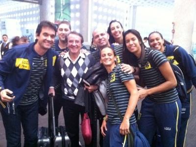 Jogadoras da seleção brasileira feminina de vôlei tietam Quico na chegada ao México (29/06/2011)