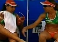 Larissa dá esporro em Juliana durante jogo de vôlei de praia