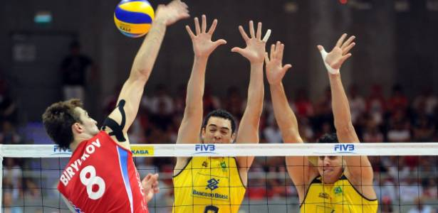 Bloqueio brasileiro tenta parar o ataque russo na final da Liga Mundial