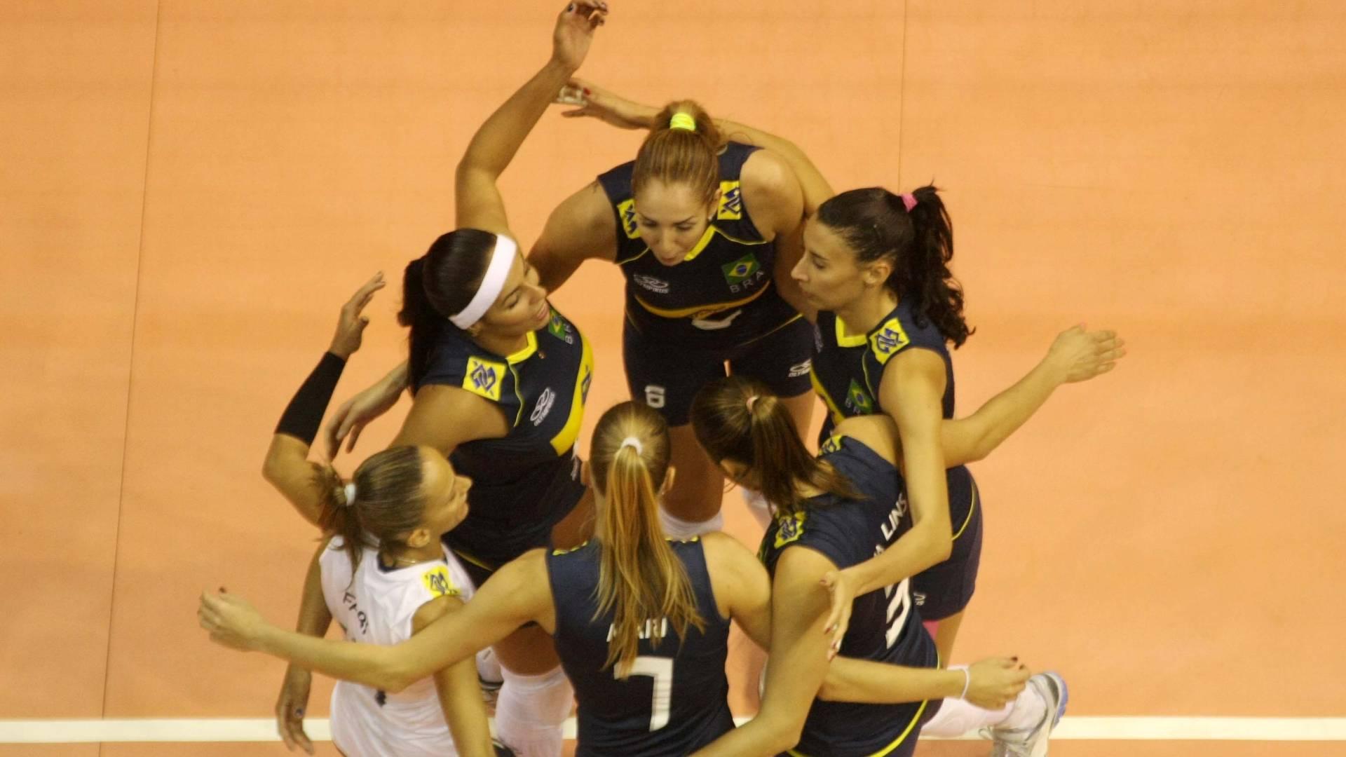 Seleção feminina de vôlei do Brasil comemora na vitória contra o Peru, em torneio amistoso