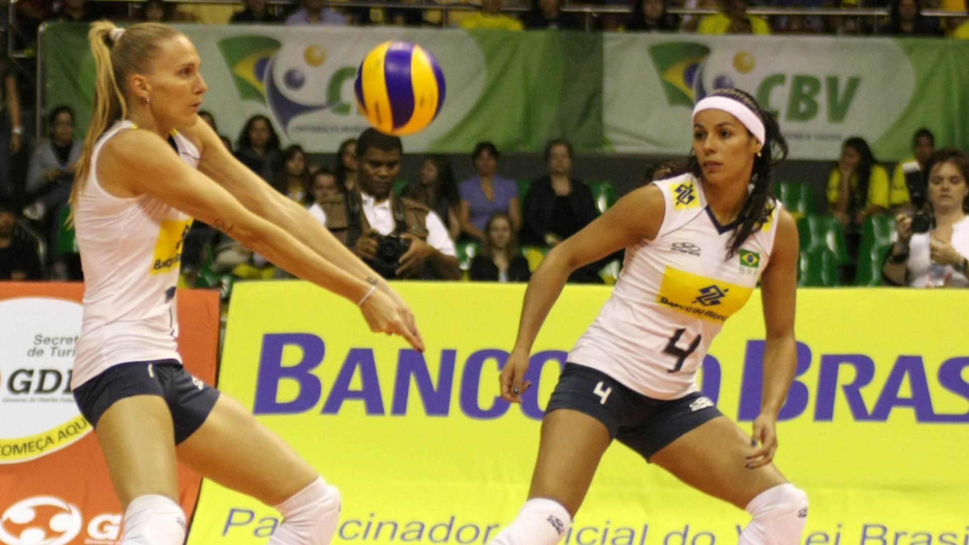 Mari passa bola em jogo da seleção contra o Japão, observada por Paula Pequeno