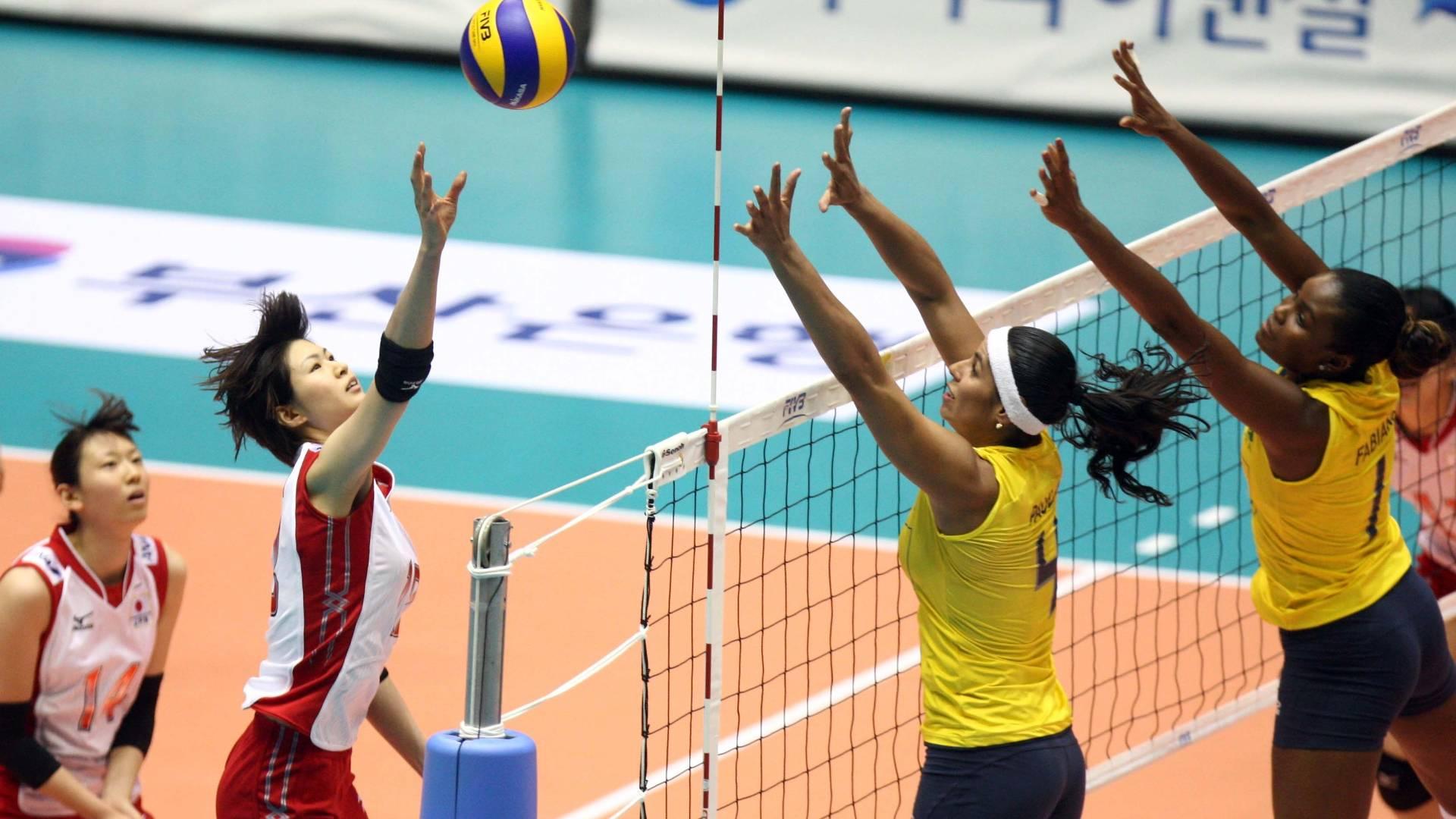 Paula Pequeno e Fabiana preparam bloqueio na vitória brasileira sobre o Japão pelo Grand Prix (05/08/2011)