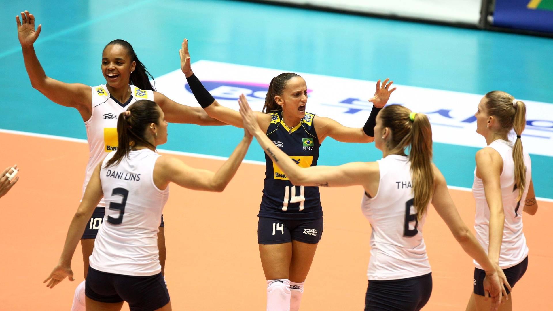 Fabi comemora com as jogadoras da seleção brasileira na vitória sobre a Alemanha pelo Grand Prix (06/08/2011)