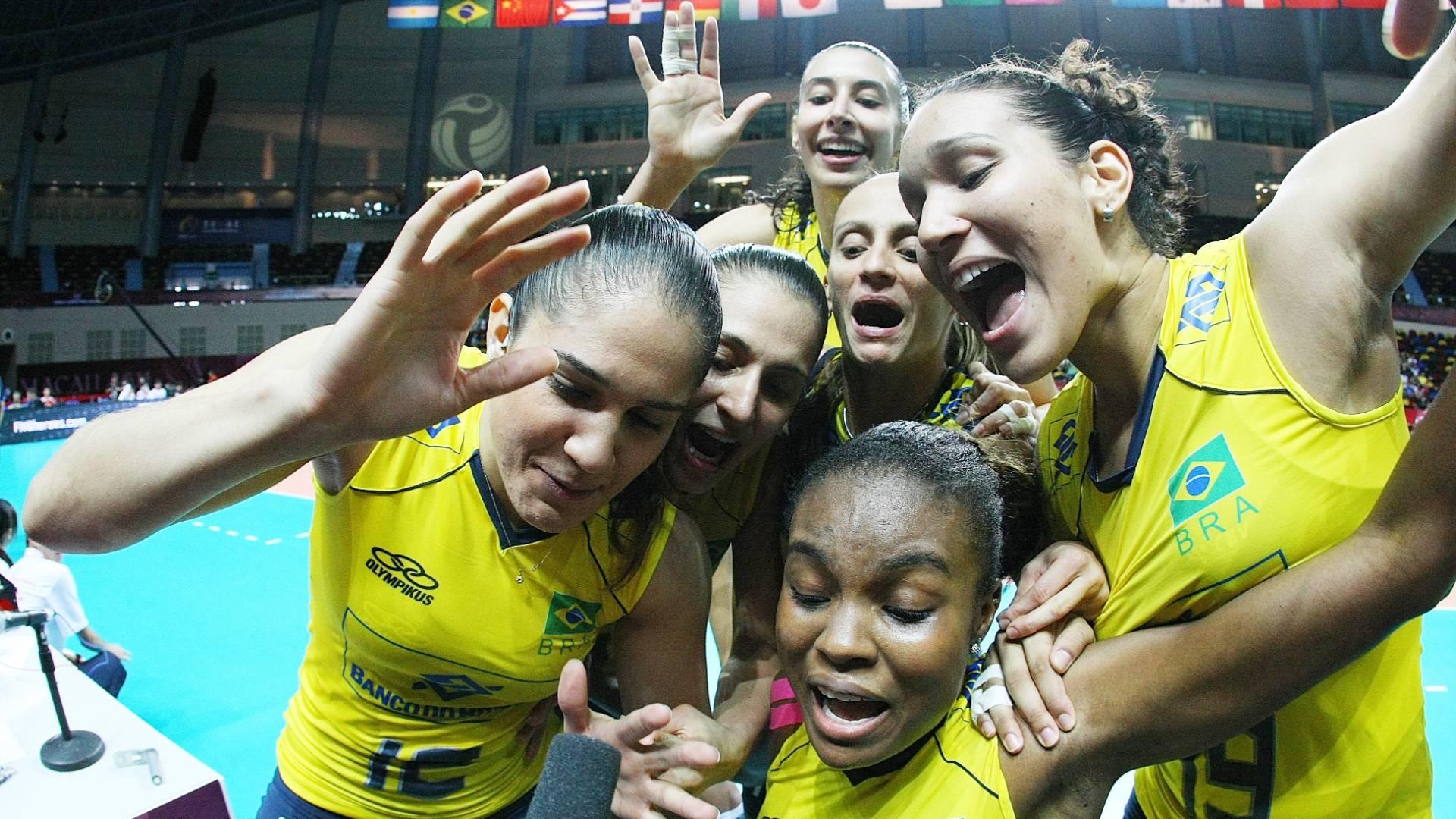 Jogadoras brasileiras tentam mandar recado em câmera de TV depois da vitória sobre a Itália