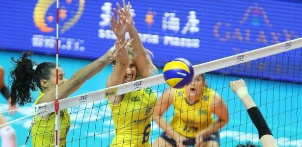 Sheilla e Thaisa bloqueiam ataque do Japão durante partida pelo Grand Prix em Macau (25/08/2011)