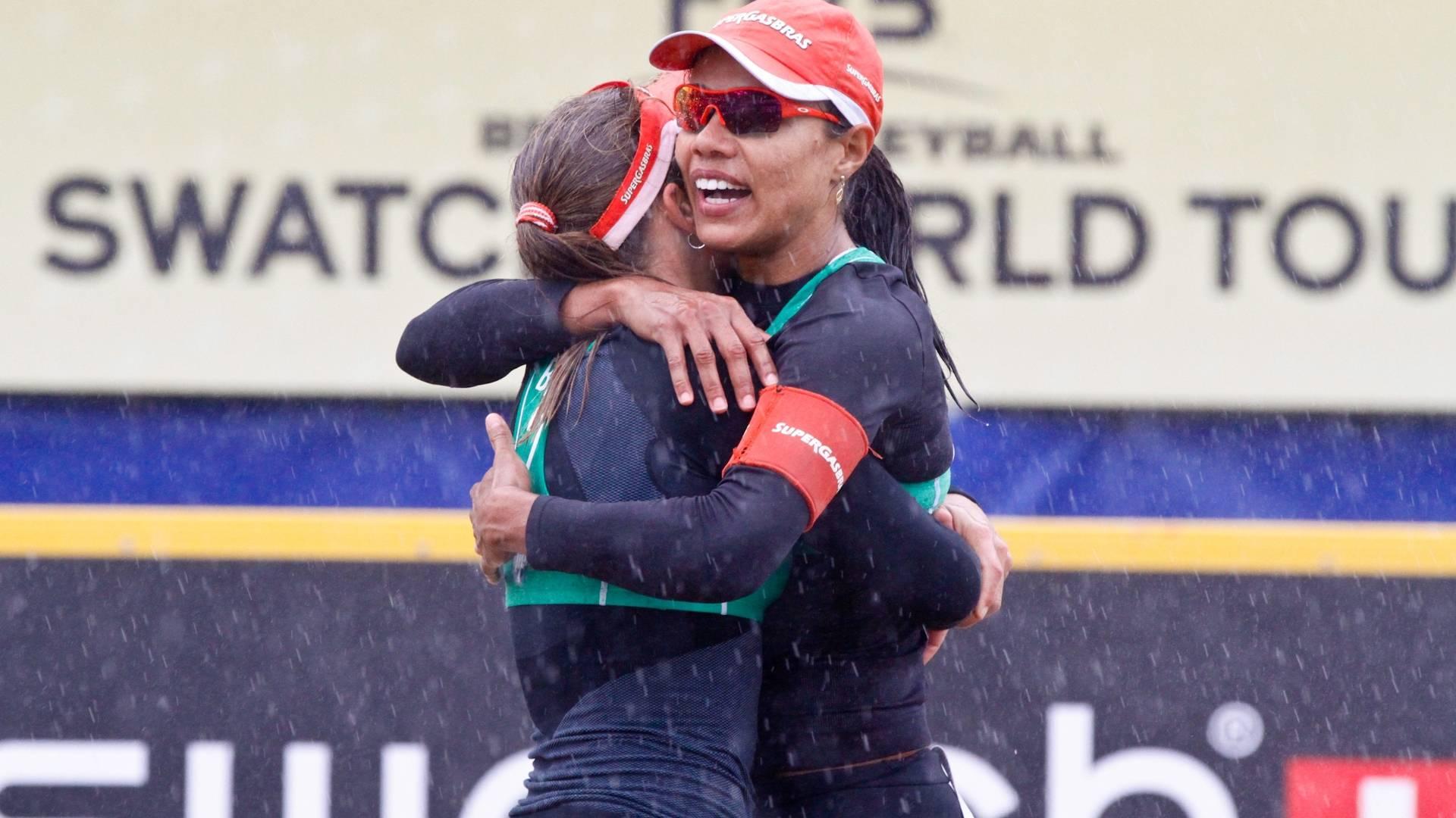Juliana e Larissa comemoram título na etapa da Holanda do Circuito Mundial (28/08/2011)