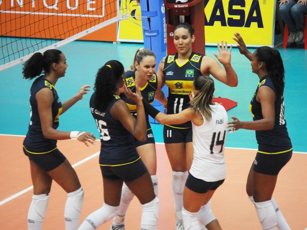 Jogadoras do Brasil comemoram ponto na vitória sobre o Paraguai pelo Sul-Americano (28/09/2011)