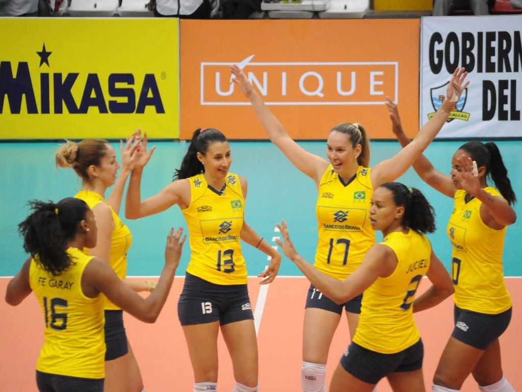 Jogadoras da seleção brasileira festejam durante a vitória sobre o Chile, pelo Sul-Americano