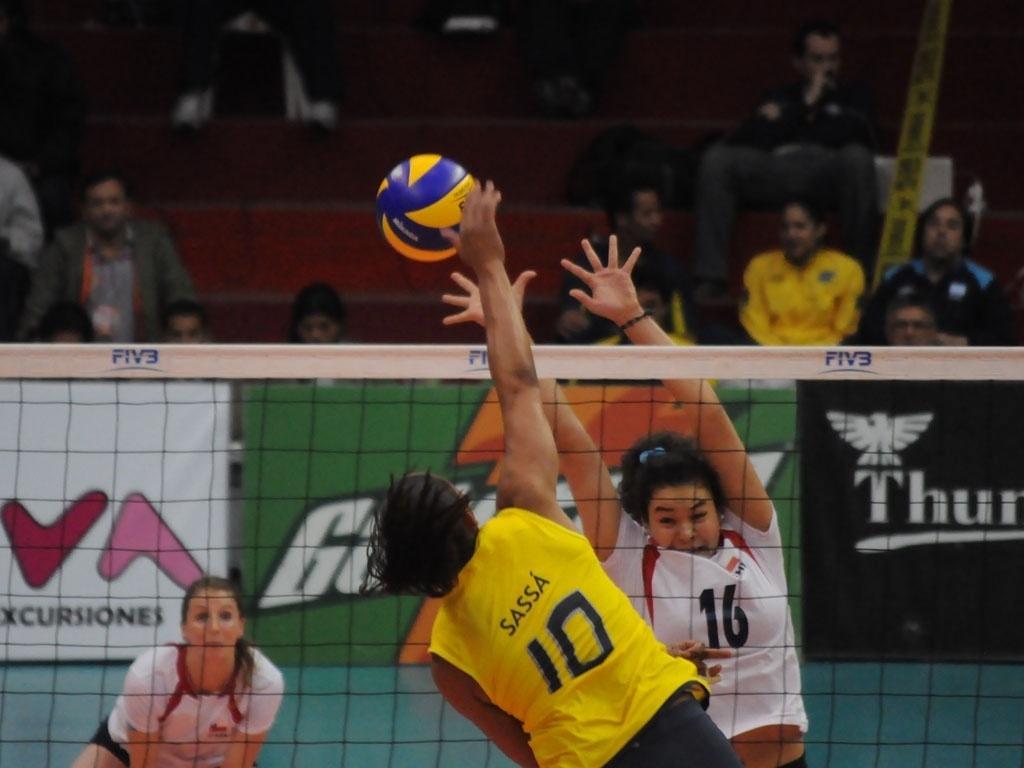 Sassá fura o bloqueio do Chile na vitória brasileira pela segunda rodada do Sul-Americano