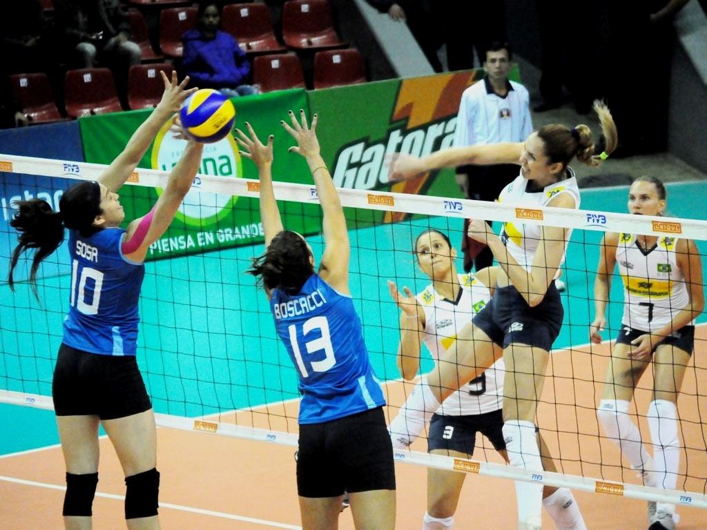 Central Thaisa ataca bola em mais uma vitória do Brasil pelo Sul-Americano, desta vez sobre a arquirrival Argentina