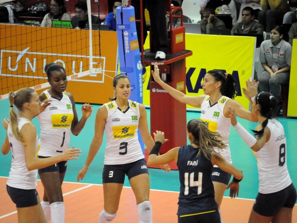 Levantadora Dani Lins comemora ponto com as companheiras em triunfo pelo último jogo da primeira fase do Sul-Americano