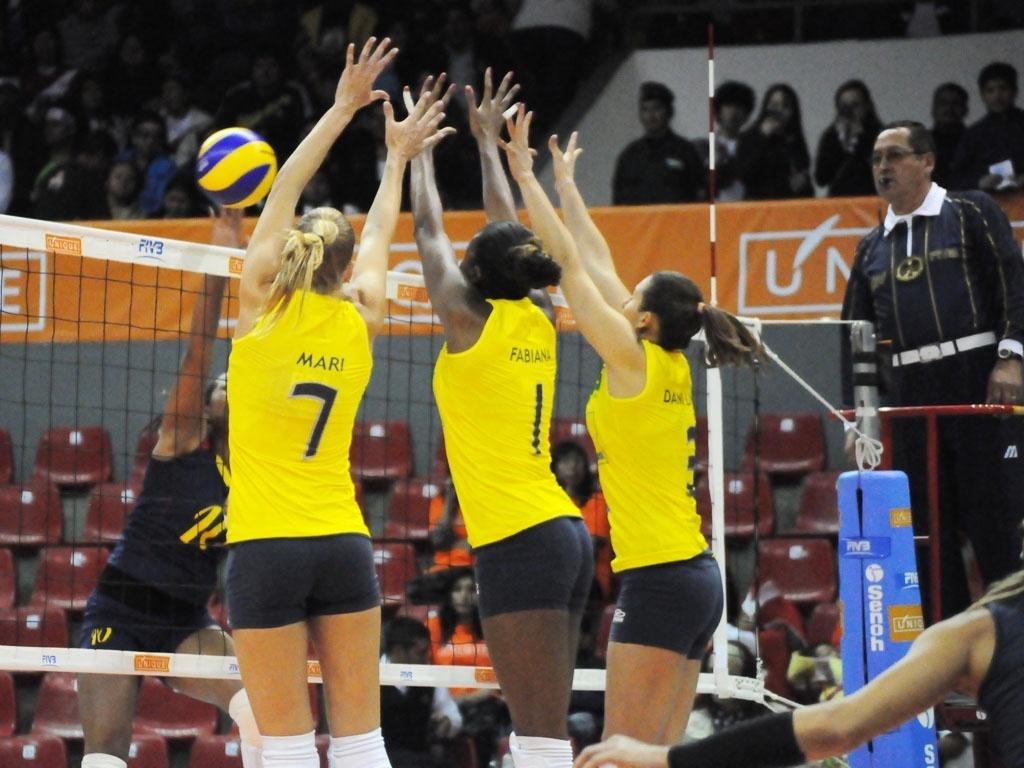 Mari, Fabiana e Dani Lins sobem para bloquear um ataque colombiano na semifinal do Sul-Americano