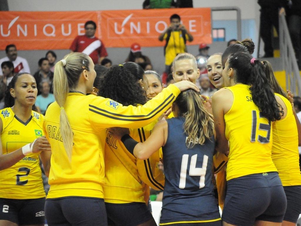No Peru, jogadoras da seleção celembram após vencerem a Colômbia e garantirem vaga em mais uma final