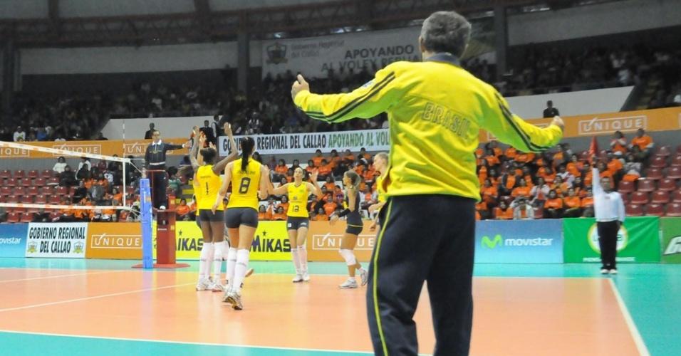 O técnico Zé Roberto vibra com as jogadoras do Brasil depois de mais um ponto sobre a Colômbia