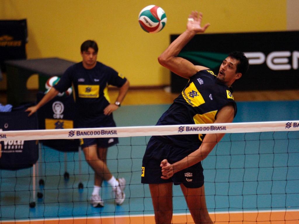Maurício ataca pelo meio-de-rede no treino do Brasil para os Jogos Pan-Americanos de Guadalajara