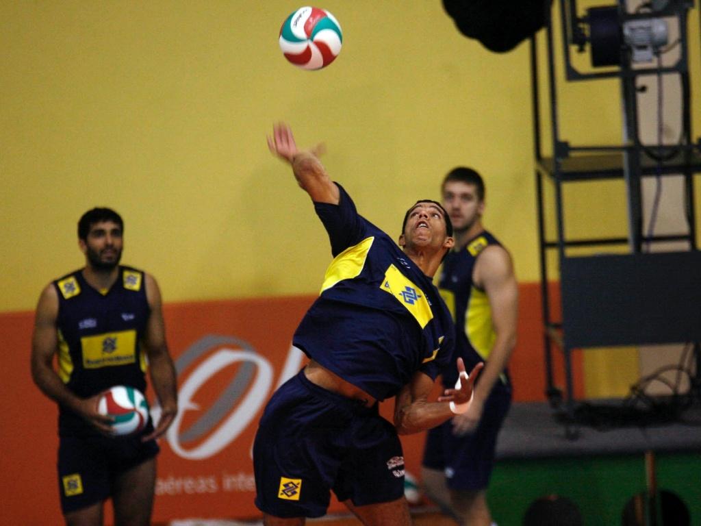 Wallace Souza pratica o saque no treino do Brasil para o Pan de Guadalajara