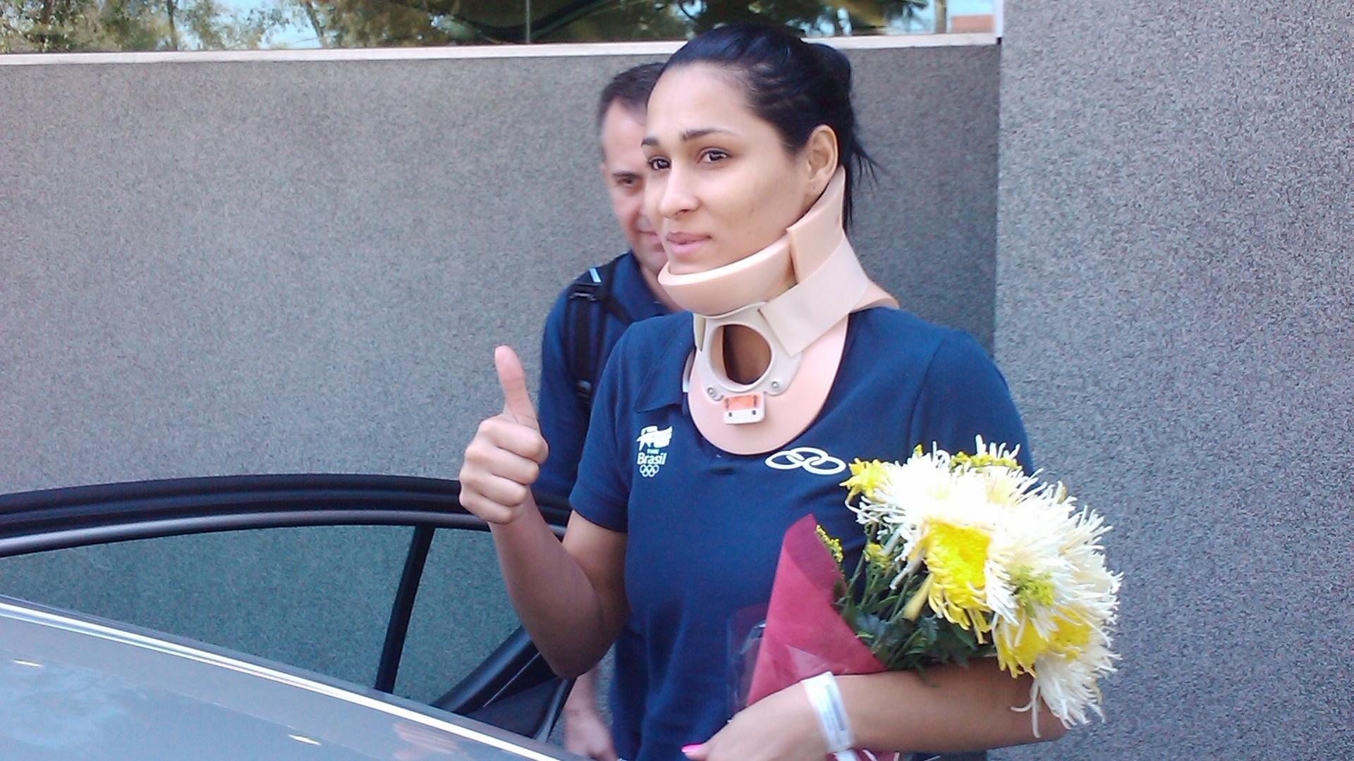 Jaqueline, atleta do vôlei, sai do hospital após sofrer uma lesão cervical (16/10/2011)