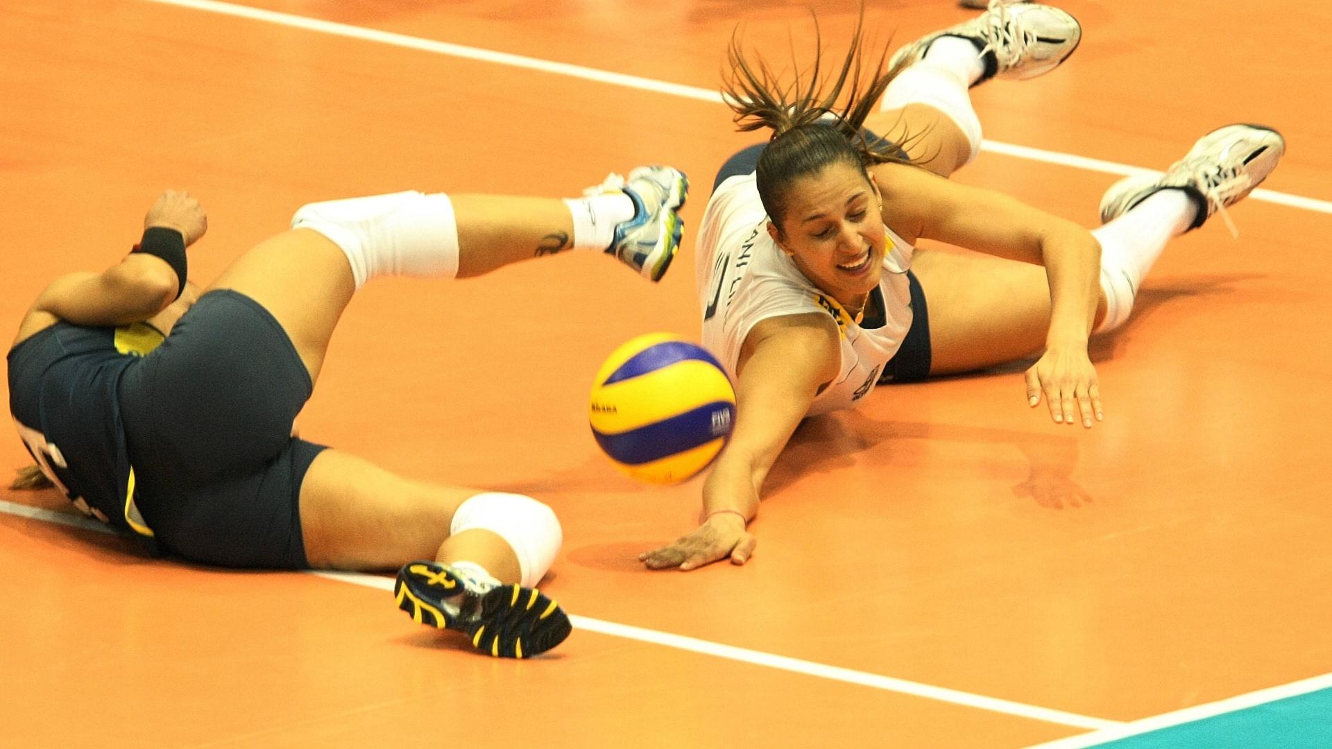 Fabi cai e Dani Lins tenta salvar a bola no jogo entre Brasil e Estados Unidos pela Copa do Mundo de vôlei (04/11/2011)