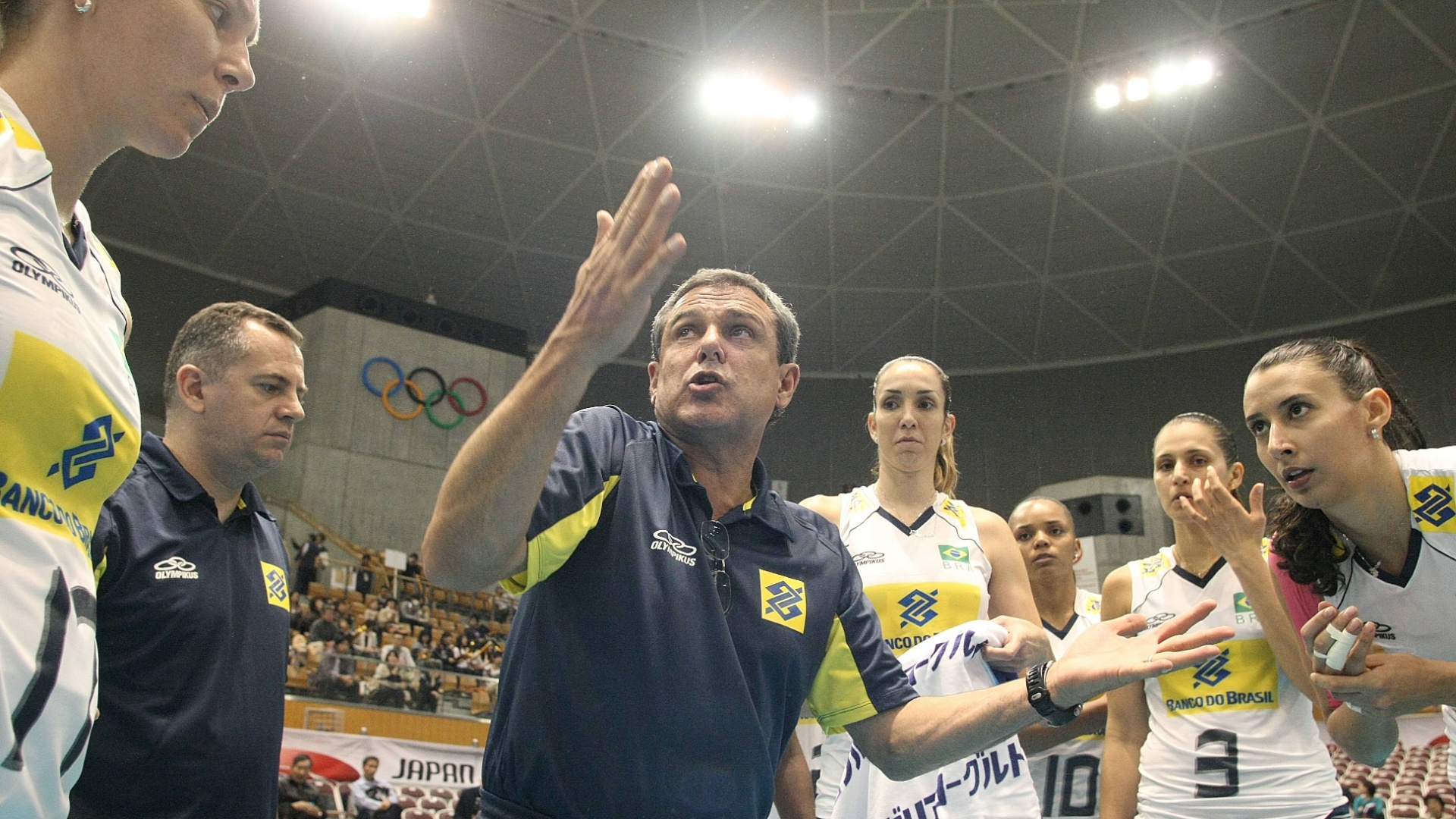 José Roberto Guimarães dá bronca nas jogadoras brasileiras durante a derrota para os Estados Unidos (04/11/2011)