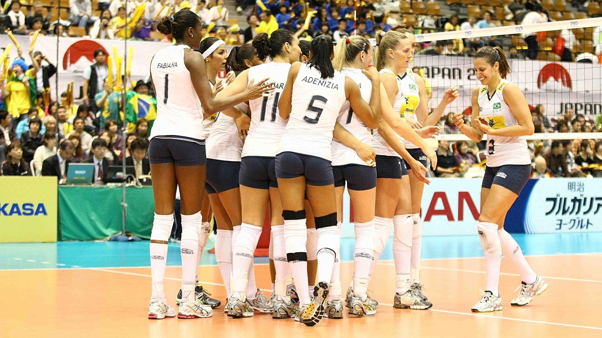 Jogadoras da seleção brasileira de vôlei comemoram a vitória contra a Alemanha pela Copa do Mundo de vôlei (06/11/11)