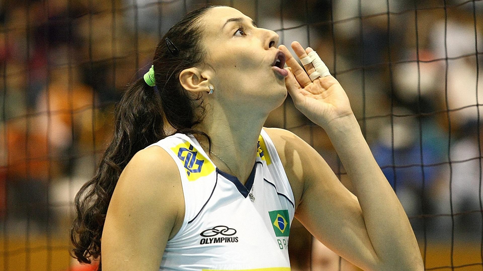 Sheilla reclama com a arbitragem durante a vitória do Brasil contra a Alemanha pela Copa do Mundo de vôlei (06/11/11)