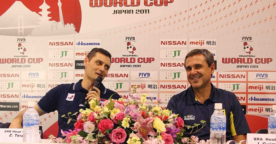 O técnico da Sérvia, Zoran Terzic (esq), e o treinador brasileiro Zé Roberto conversam após partida pela Copa do Mundo de vôlei (09/11/11)